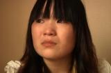 Cô Shang Jiaojiao, 17 tuổi, bắt đầu làm việc ở một nhà máy để phụ giúp cha mẹ nghèo khổ. Sau khi lau chùi nhiều màn hình điện tử bằng n-hexane, cô bị tổn hại thần kinh nghiêm trọng và không còn đi lại được nữa (Ảnh của tổ chức Theo dõi Nhân quyền Human Rights Watch)