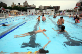 Bể bơi công cộng – một 'toilet cỡ lớn có màu xanh'