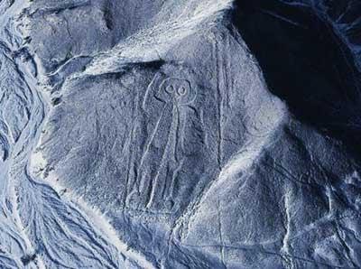 """""""Welcome"""" – """"Chào mừng"""". Trên một sườn núi ở Nazca, hình vẽ khổng lồ này thể hiện một người đang đứng trong tư thế giơ tay chào. Nó có một cái tên rất hợp do người bản xứ đặt cho, là """"El Astronauta"""""""