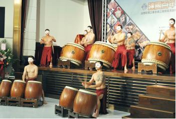Một màn biểu diễn trống của các phạm nhân trong nhà giam của Đài Loan.