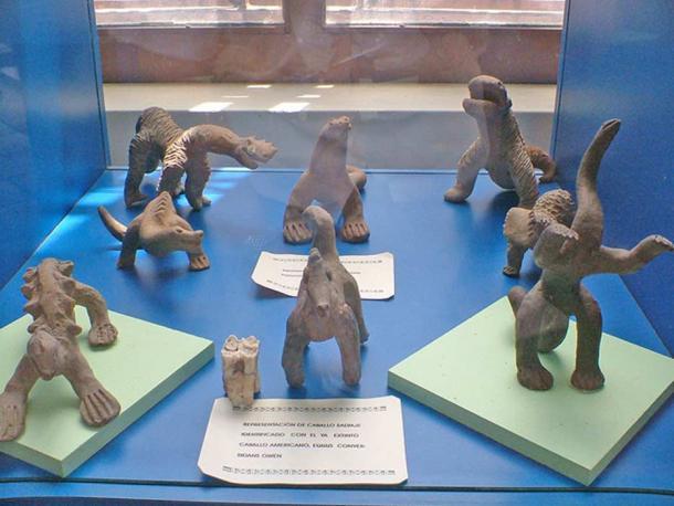 Các tượng vật Acambaro: vài nghìn bức tượng nhỏ được tìm thấy bởi nhà khảo cổ nghiệp dư Julsrud vào tháng 7 năm 1944, tại thành phố Acambaro, Guanajuato, Mexico.