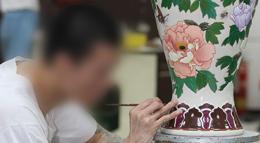 Một phạm nhân trong nhà tù tại Đài Loan đang trang trí bình gốm.