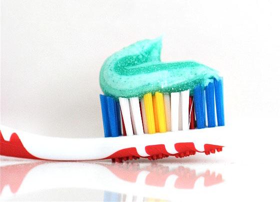 Bệnh răng miệng ngày một nhiều, lý do có thể nằm ngay trong kem đánh răng (ảnh qua dailymom.com)