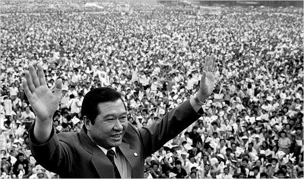 Kim Dae Jung, vị Tổng thống đặc xá cho ông Chun Doo-hwan, từng hai lần bị kết án tử hình. Tháng 8/1973, ông bị bắt cóc tại Nhật Bản, sau 129 giờ bị giam giữ, ông được ném trước cửa nhà mình ở Seoul. Năm 2000, ông được trao giải Nobel Hòa bình.