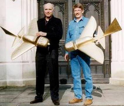 Các kỹ sư hàng không Đức Peter Belting và Conrad Lubbers với các mô hình điều khiển vô tuyến của các vật thể được tìm thấy của nền văn minh Quimbaya