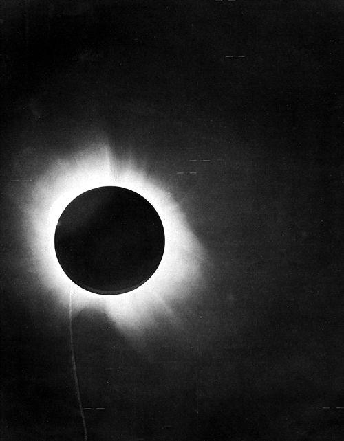 Ánh sáng bị bẻ cong khi nhật thực đã góp phần kiểm chứng thuyết tương đối (ảnh: Wiki)
