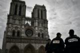 tan cong ben ngoai nha tho Notre Dame