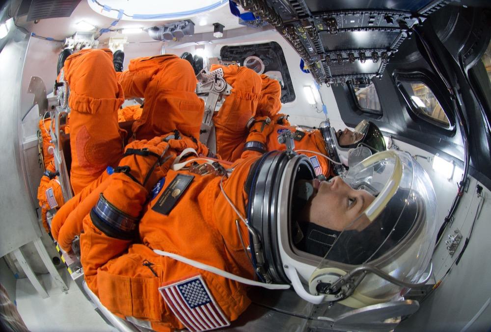 Tư thế của các nhà nhà phi hành gia khi khởi động các tàu không gian tương tự như tư thế được khắc họa trong bức phù điêu trên nắp quan tài của K'inich Janaab' Pakal (ảnh: NASA)