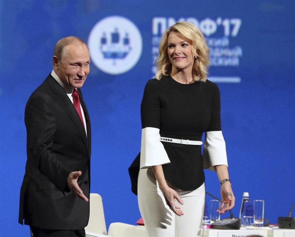 Tổng thống Nga Vladimir Putin và phóng viên Megyn Kelly của kênh NBC News trên sân khấu hội nghị kinh tế St Petersburg