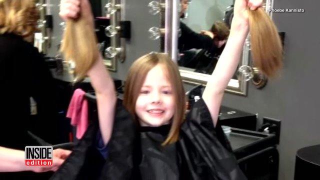 Một cậu bé hào hứng khi quyên tặng tóc., quyên tặng tóc