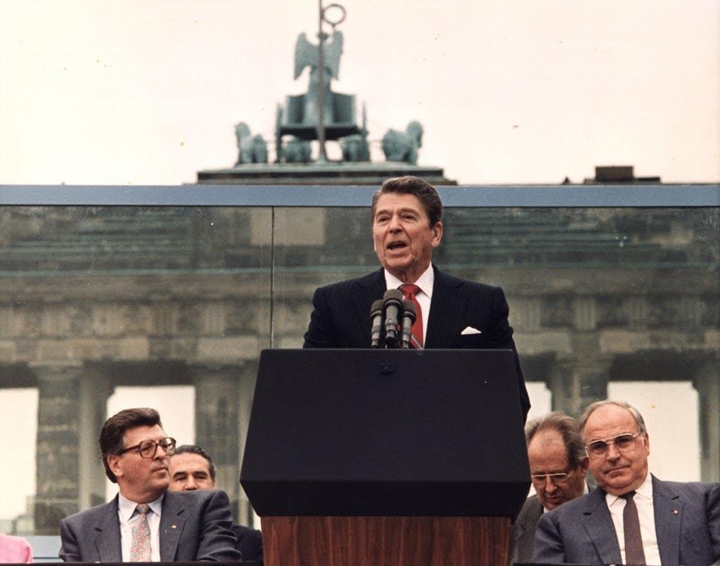Tổng thống Mỹ Ronald Reagan phát biểu trước bức tường Berlin ngày 12/6/1987. Bài phát biểu nổi tiếng đã đi vào lịch sử với lời kêu gọi lãnh đạo Liên xô hãy phá huỷ bức tường.