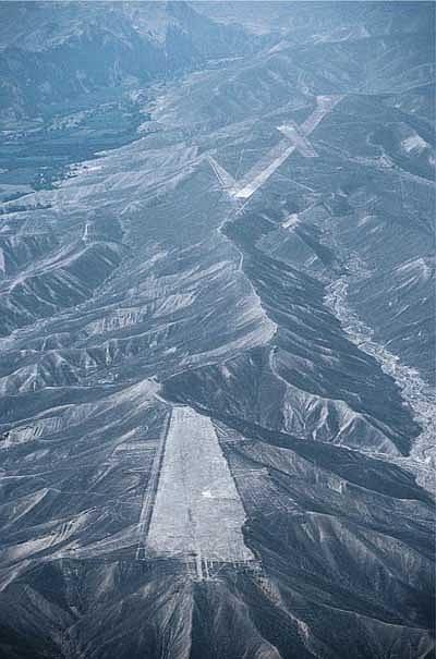 """Các """"đường băng"""" trên cao nguyên Nazca"""