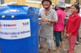 Tặng 100 bồn nước cho các hộ nghèo ở Long An