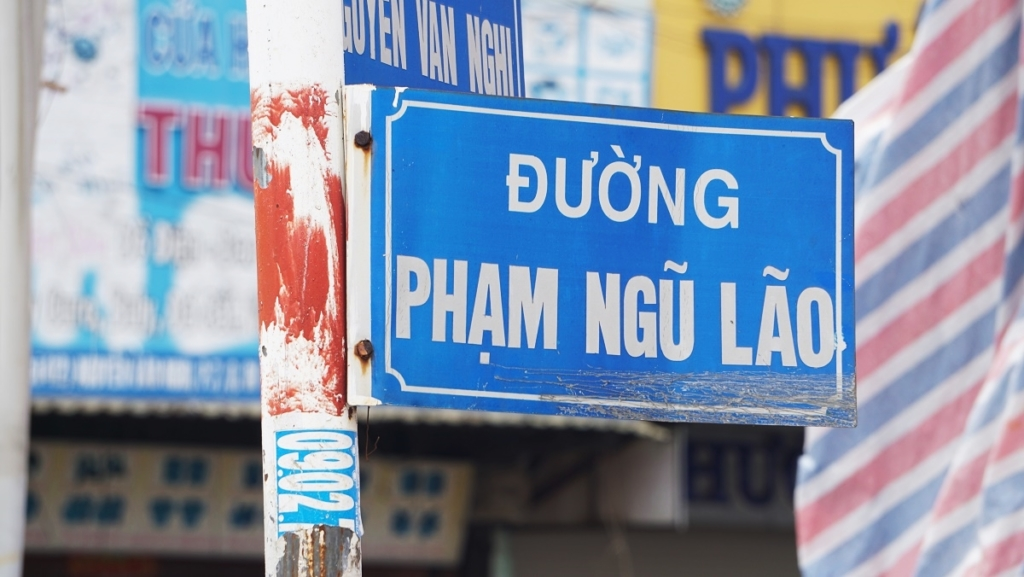 them-mot-hang-cay-o-duong-pham-ngu-lao-phai-di-doi-de-xay-cau-vuot-8