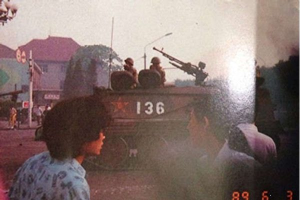 Ngày 3/6/1989, Liên đoàn Học sinh Sinh viên Hồng Kông chụp ảnh xe tăng của Quân đoàn 38. (Ảnh theo bản thảo cuốn Lịch sử phong trào dân chủ năm 1989 của Trần Tiểu Nhã)