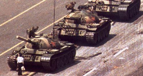 Hình ảnh vụ thảm sát Thiên An Môn năm 1989, Vương Duy Lâm thản nhiên đứng chặn dòng xe của giải phóng quân