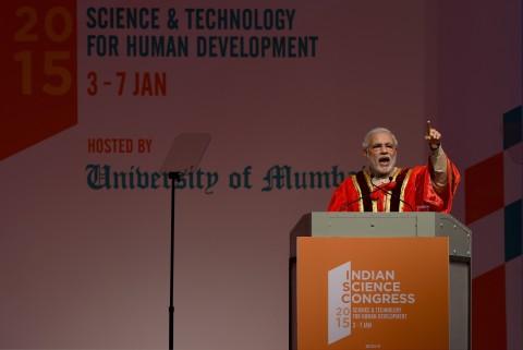 Thủ tướng Ấn Độ Narendra Modi phát biểu tại lễ khai mạc Đại hội Khoa học Ấn Độ (ISC) lần thứ 102 tại Mumbai vào ngày 3/1/2015. (ảnh: Indranil Mukherjee/Getty Images)