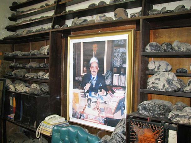 Một bộ sưu tập các hòn đá Ica xung quanh bức ảnh GS. Javier Cabrera. (CC BY-SA 3.0)