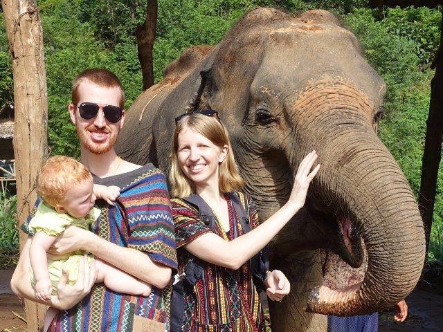 Chụp hình cùng voi gần Chiang Mai, Thái Lan. (Ảnh: Joe và Ali Olson)