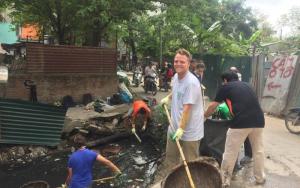 Ông James Joseph Kendall dọn rác (Ảnh: nld)