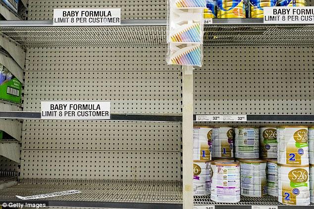 Kệ sữa trống trong siêu thị