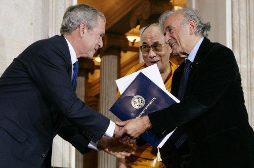 Cựu Tổng thống Mỹ Bush (trái), Đạt Lai Lạt Ma (giữa) và Elie Wiesel(phải) trước Điện Capitol.