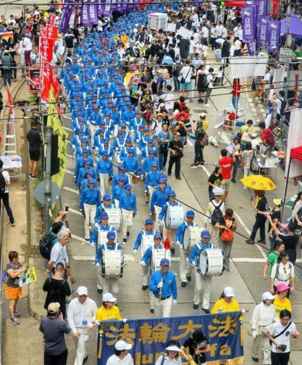 Đoàn nhạc Thiên Quốc của Pháp Luân Công tham gia diễu hành ngày 1/7.