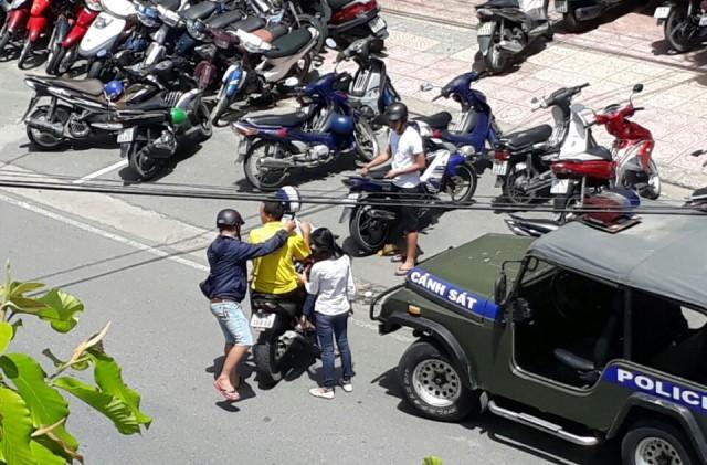 Một học viên Pháp Luân Công đang bị công an cưỡng chế