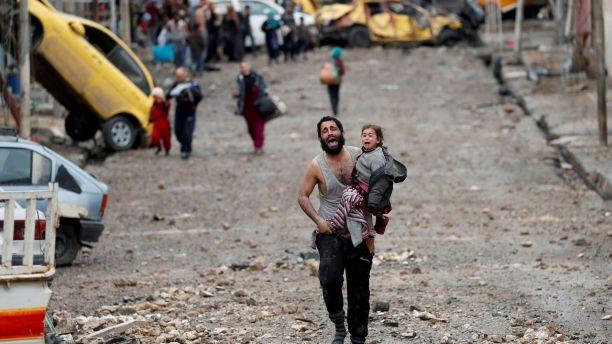 Ông bố vừa bế con vừa khóc chạy trốn khỏi phiến quân IS