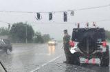 Bức ảnh gây sốt trên mạng: Đại tá Mỹ đứng dưới mưa chào một đám tang xa lạ