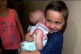 Cậu bé 5 tuổi bế em gái sơ sinh chạy đi cầu cứu hàng xóm khi mẹ bị bất tỉnh