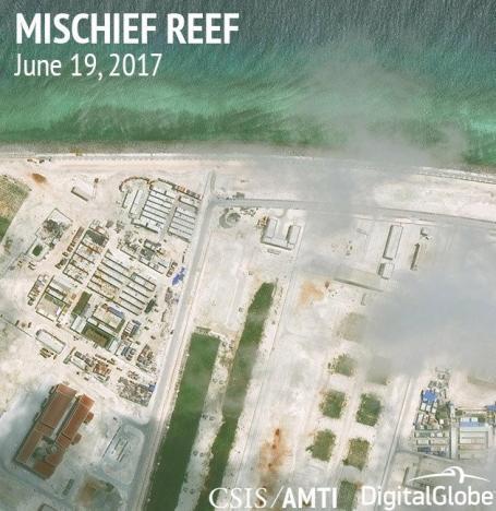 Các cơ sở đang xây dựng trên Đá Vành Khăn, Trường Sa. Ảnh chụp vệ tinh do AMTI công bố ngày 29/6