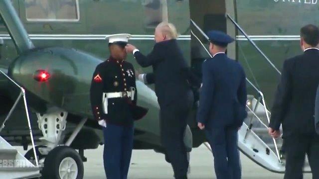 ông Trump cúi xuống nhặt mũ cho người lính