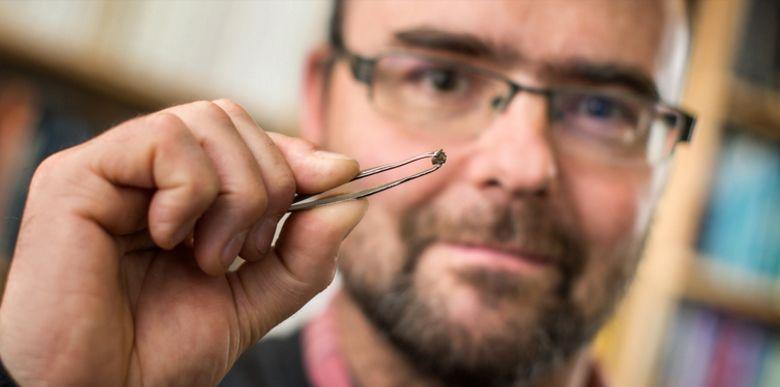 Giáo sư Graham Pearson cầm trên tay mẫu kim cương cứng, bên trong chứa mẫu khoáng chất ringwoodite đầu tiên từng được phát hiện trên Trái Đất. (Ảnh: Richard Siemens/Đại học Alberta)