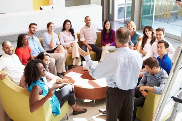 Người lãnh đạo có sức lôi cuốn sẽ dùng những thông tin mạnh mẽ, thể hiện sự nhiệt tình, tự tin và khả năng của mình. (Ảnh: shutterstock.com)