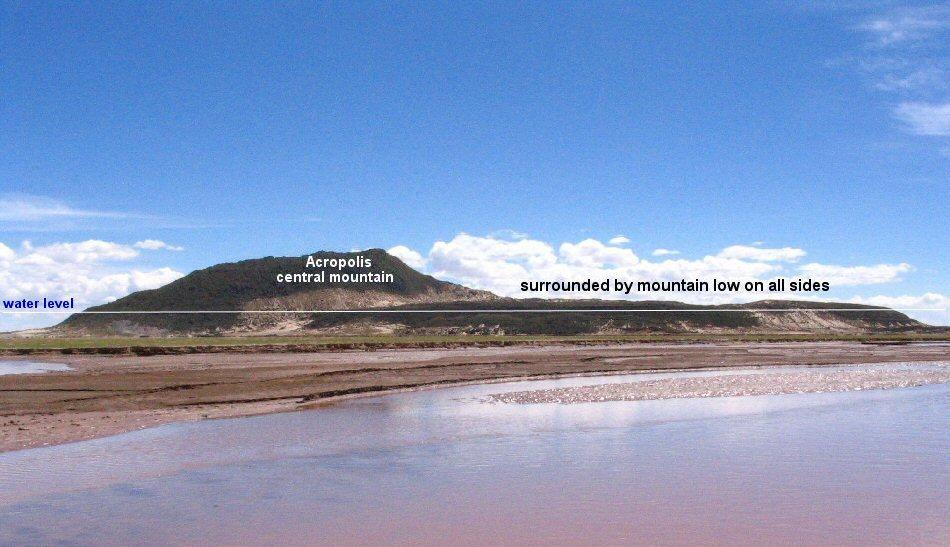 """Bức ảnh chụp Pampa Aullagas từ phía đông, cho thấy thành phố Atlantis được xây dựng trên """"một ngọn núi thoải dần mọi phía"""" như Plato đã mô tả. Đường thẳng nằm ngang đánh dấu mực nước cổ đại đã dâng lên trong một giai đoạn. Dải cát trắng trên hình nón cho thấy phần này của nó đã bị rơi xuống do động đất (ảnh: atlantisbolivia.org)"""
