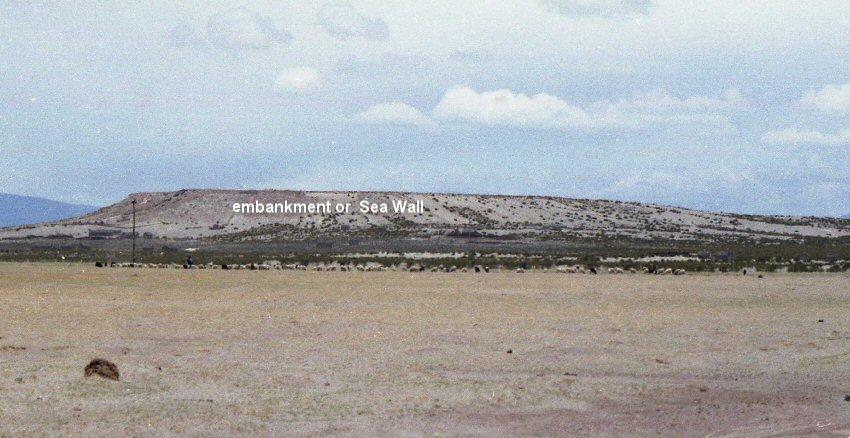 Dấu tích của bức tường hay bờ kè đá cách bến cảng ngoài cùng 50 stade được tìm thấy (ảnh: atlantisbolivia.org)