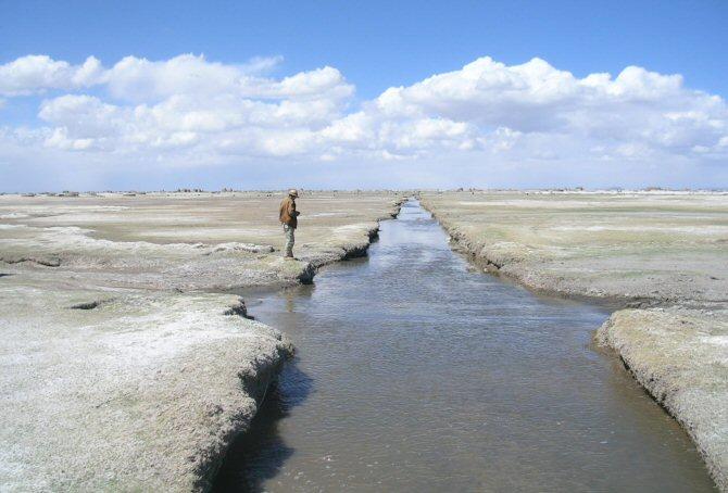 Một phần kênh nước ngọt trong quá khứ, hiện vẫn tồn tại và được dùng cho nông nghiệp tại Chipaya, bình nguyên Altiplano (ảnh: atlantisbolivia.org)