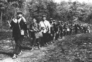 Pol Pot dẫn đầu quân lính Khơ-me Đỏ