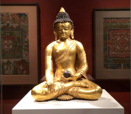 Bức tượng Phật Dược Sư tại bảo tàng Nghệ thuật Rubin ở Manhattan ngày 8/8/2014. Ngài là vị Phật chính thống của y học Tây Tạng và là hình tượng về lòng từ bi mà các thầy thuốc cố gắng noi theo. (ảnh: June Fakkert/ET)