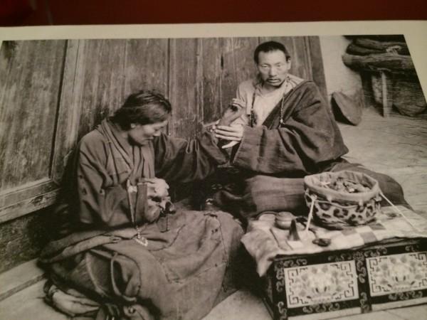 Một bức ảnh được trưng bày tại bảo tàng Nghệ thuật Rubin ở Manhattan ngày 8/8/2014, với một thầy thuốc Tây Tạng đang bấm huyệt cho bệnh nhân.(ảnh: June Fakkert/ET)