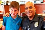 Hành động nhỏ của cậu bé 9 tuổi khiến viên cảnh sát Mỹ xúc động sâu sắc