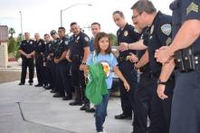 Mỹ: Sau khi 1 sĩ quan hy sinh, đoàn cảnh sát đến hộ tống con gái anh đi học (Video)