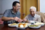 Người con trai hiếu thảo tự nấu cơm cho mẹ mỗi ngày trong hơn 2 năm qua