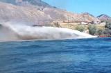 Hy hữu: Một cặp đôi Canada cứu hỏa bằng… thuyền máy (Video)