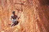 Người đàn ông Ấn Độ liệt nửa người suốt 3 năm đào núi mở đường