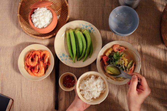 Vài suy nghĩ về chuyện giáo dục lễ nghi trên bàn ăn cho con trẻ