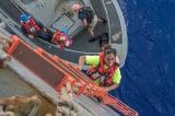 Hai thủy thủ và chú chó sống sót kỳ tích sau 5 tháng lênh đênh trên Thái Bình Dương