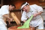 Video: Người giã bột bánh mochi nhanh nhất Nhật Bản