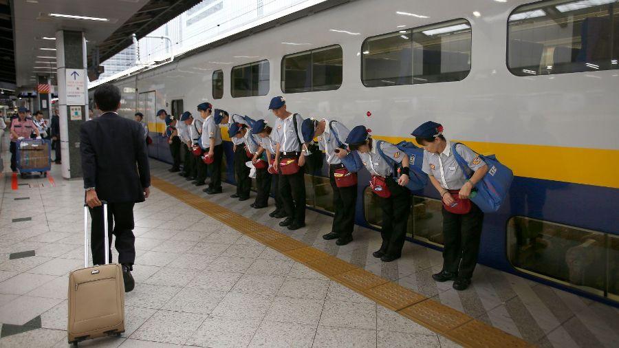 Công ty đường sắt Nhật Bản xin lỗi vì đã để tàu chạy sớm 20 giây